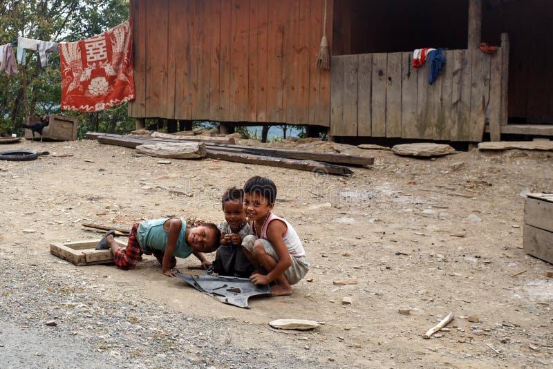 Dzieci w podbródka stanu terenie, Myanmar zdjęcie royalty free