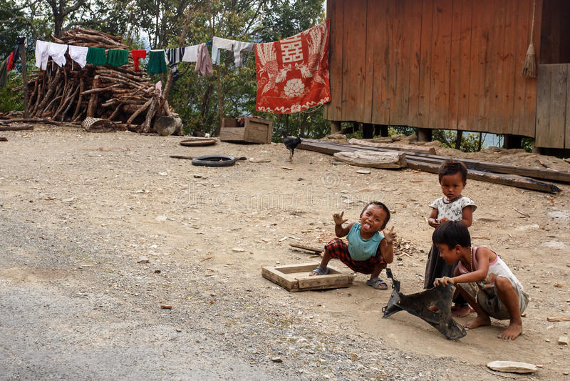Dzieci w podbródka stanu terenie, Myanmar zdjęcia royalty free