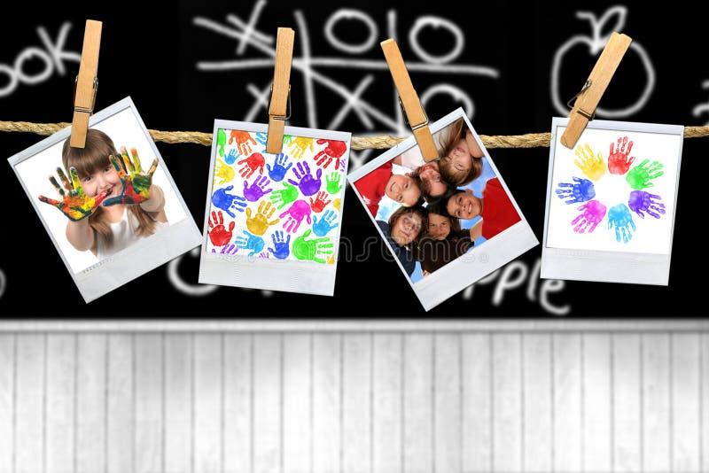 dzieci w szkole kochanie pełnoletnich podlegających zdjęcia stock