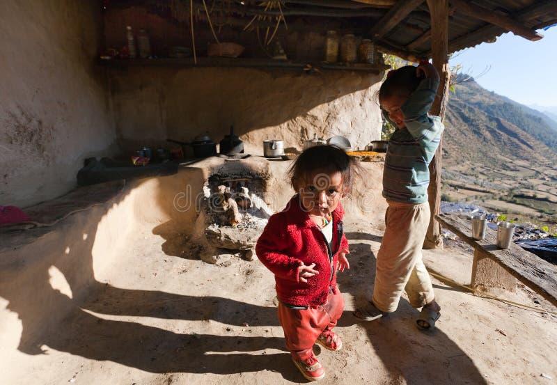 Dzieci w typowej Nepalskiej kuchni obraz royalty free