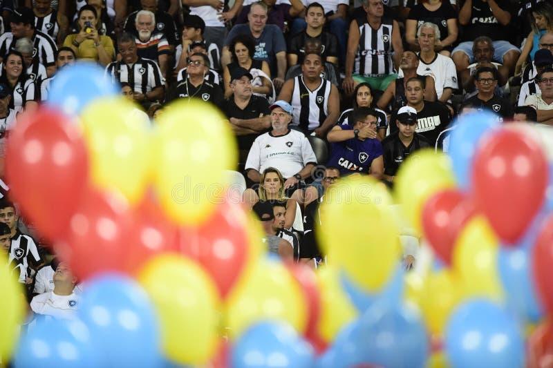 Dzieci wchodzić do z barwionymi balonami obraz royalty free