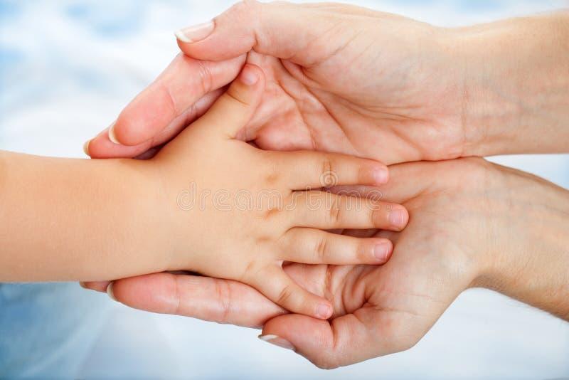 Dzieci wręczają target683_0_ na matkach. zdjęcie royalty free