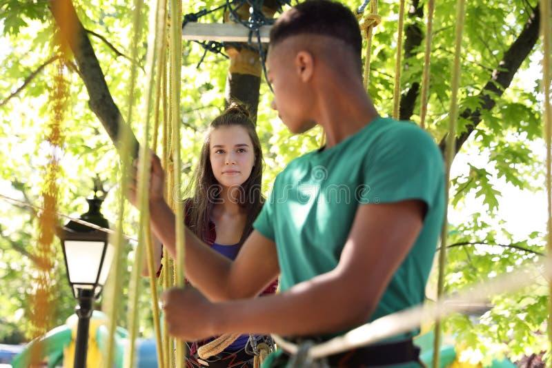 Dzieci wspina się w przygoda parku Obóz letni zdjęcia stock