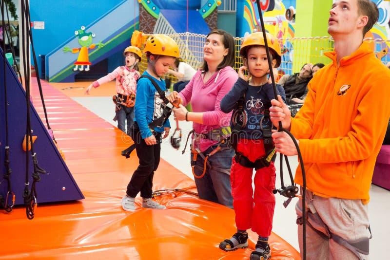 Dzieci wyposaża dla wspinać się sztuczną ścianę fotografia royalty free