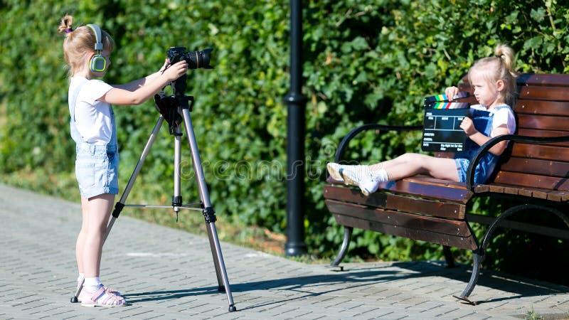 Dzieci z fotografią w oddaleniu w miasto parku obrazy stock