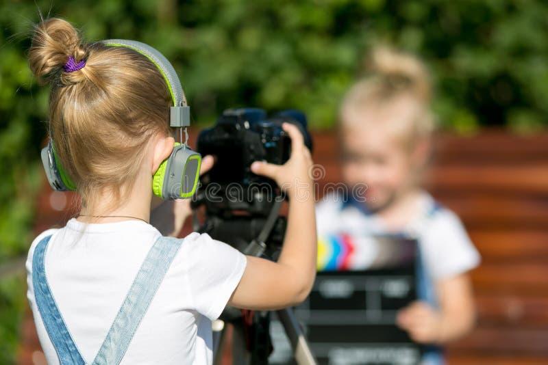 Dzieci z fotografią w oddaleniu w miasto parku zdjęcie royalty free