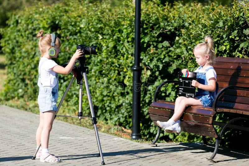Dzieci z fotografią w oddaleniu w miasto parku fotografia royalty free