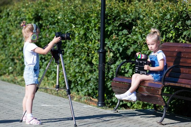 Dzieci z fotografią w oddaleniu w miasto parku fotografia stock