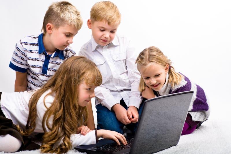 Dzieci z laptopem zdjęcie royalty free