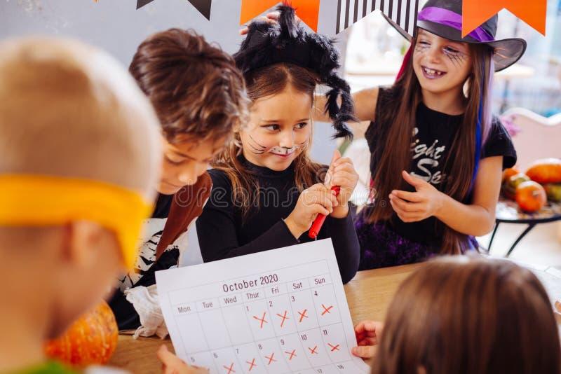 Dzieci z malować twarzami no mogą czekać do początku Halloween przyjęcie zdjęcia stock