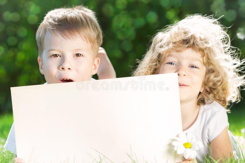Dzieci z papierowym pustym miejscem fotografia royalty free