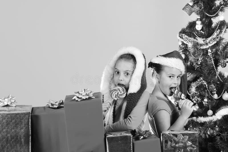 Dzieci z uśmiechać się twarz stojaka zamykają na bławym tle zdjęcie stock