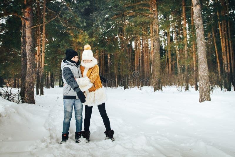 Dzieci zabawę w pein lasowy pełnym śnieg w zima dniu fotografia royalty free