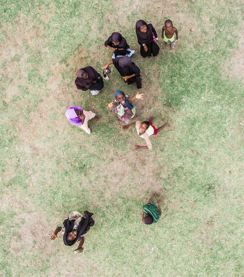 Dzieci Zanzibar, muzułmańskie dziewczyny bawić się, topview fotografia royalty free