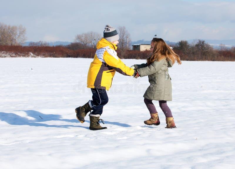 dzieci zestrzelają sztuka śnieg obraz royalty free