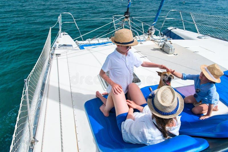 dzieciaków luksusu matki jacht zdjęcie royalty free