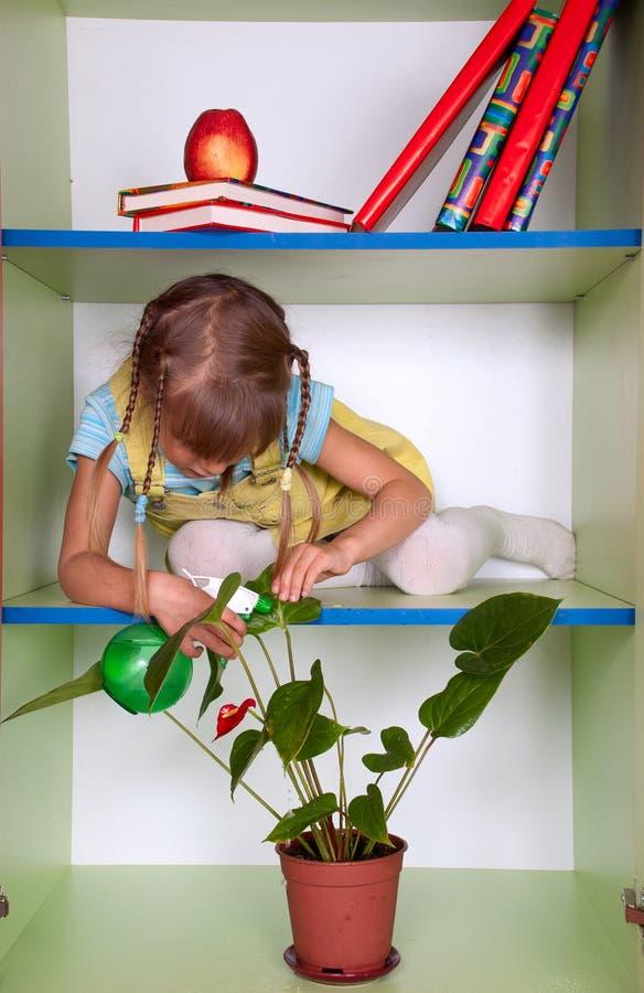 Dzieciak bawić się garderobę i udaje jest ona do domu, kropiący zdjęcie stock