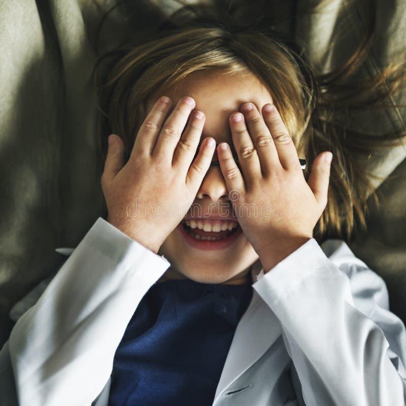 Dzieciak Bawić się kryjówka aport Uśmiechniętego pojęcie obraz stock