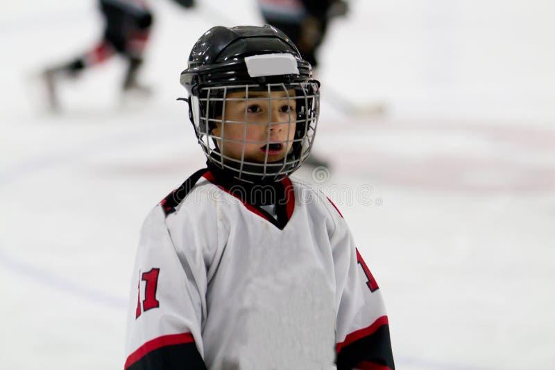 Dzieciak bawić się lodowego hokeja zdjęcie stock