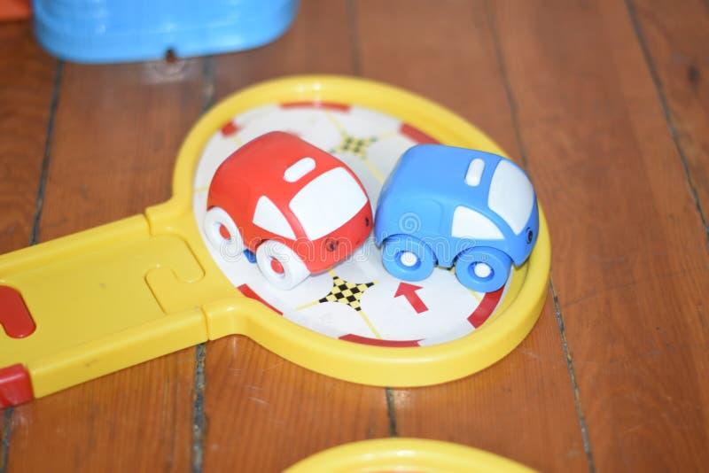 Dzieciak bawić się ostrosłup dziecko w dziecka ` s pokoju bawić się z zabawka widokiem od above fotografia royalty free