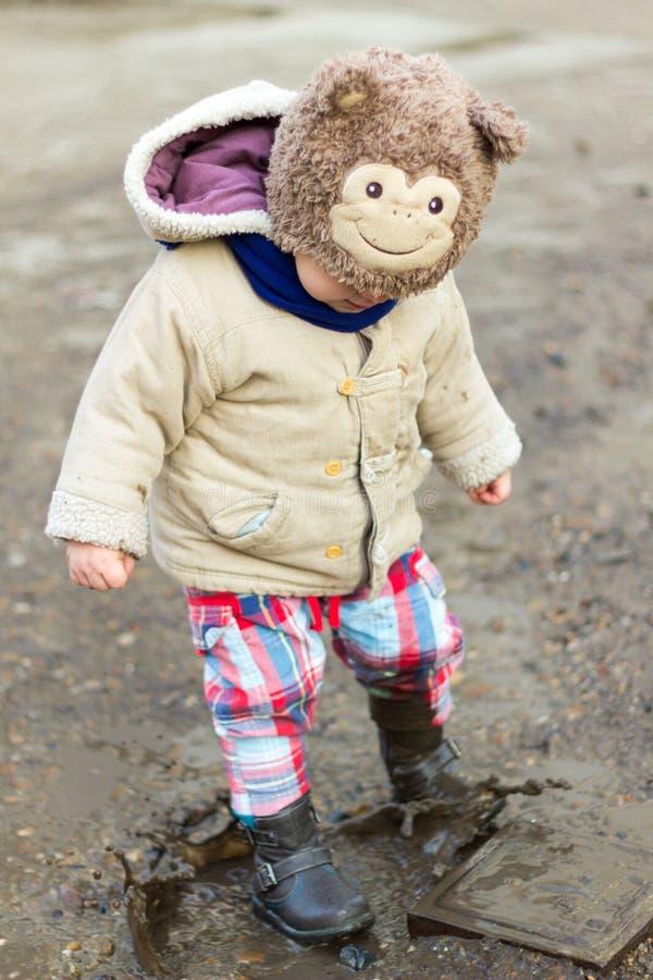 Dzieciak bawić się w błocie zdjęcie royalty free