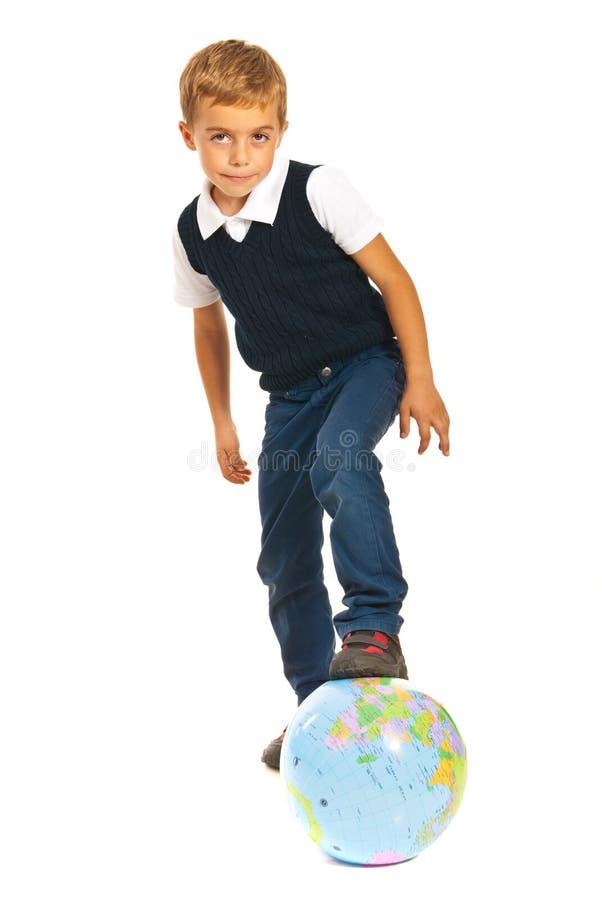 Dzieciak bawić się z światową kulą ziemską zdjęcie royalty free