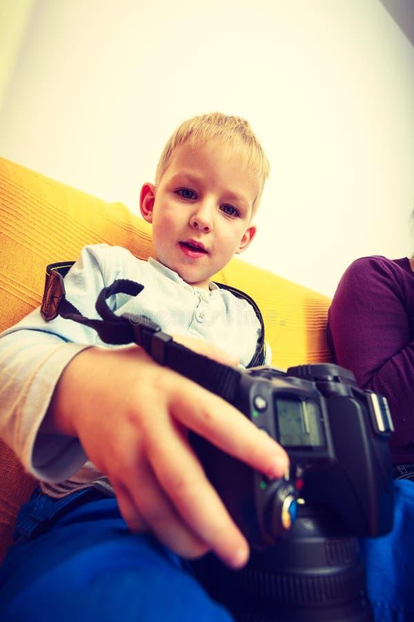 Dzieciak bawić się z dużą fachową cyfrową kamerą obraz stock