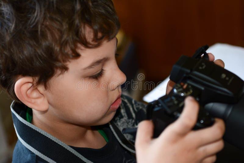 Dzieciak bawić się z jego kamerą zdjęcie royalty free
