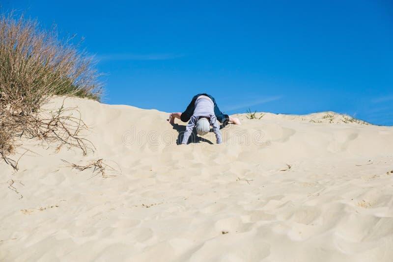 Dzieciak bawić się z piaskiem w plaży zdjęcia royalty free