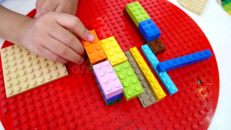 Dzieciak bawić się zabawki Elementy i cegieł zabawki fotografia stock