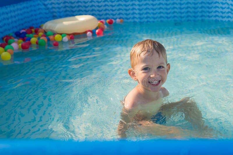 Dzieciak chłopiec bawić się w małym dziecko basenie zdjęcie royalty free