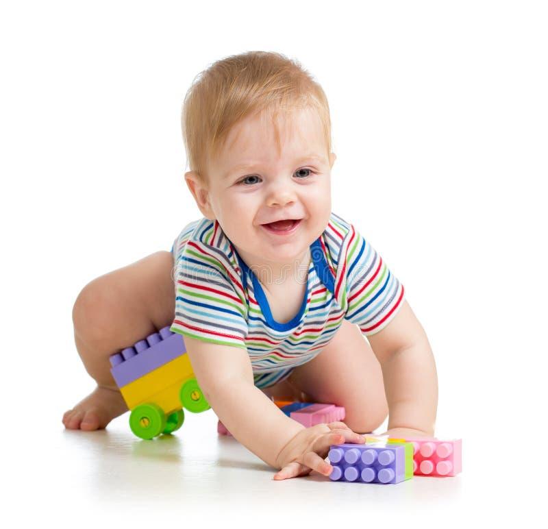 Dzieciak chłopiec bawić się z budowa setu zabawką fotografia stock