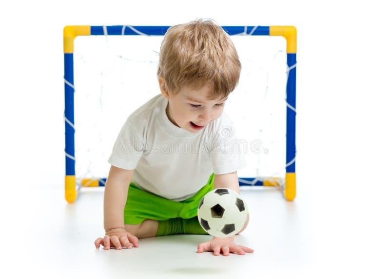 Dzieciak chłopiec bawić się z piłki nożnej piłką fotografia stock