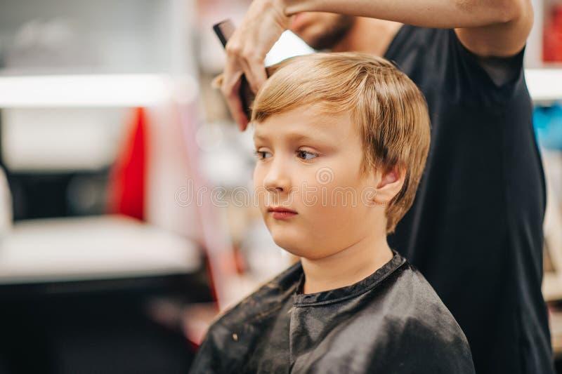 Dzieciak chłopiec dostaje nowego ostrzyżenie zdjęcia royalty free