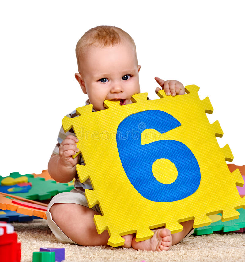 Dzieciak chłopiec kursowanie z łamigłówki zabawką obraz stock