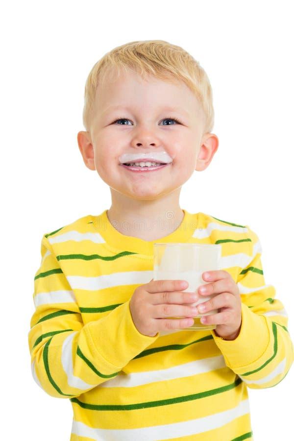 Dzieciak chłopiec pije jogurt lub kefir zdjęcia royalty free