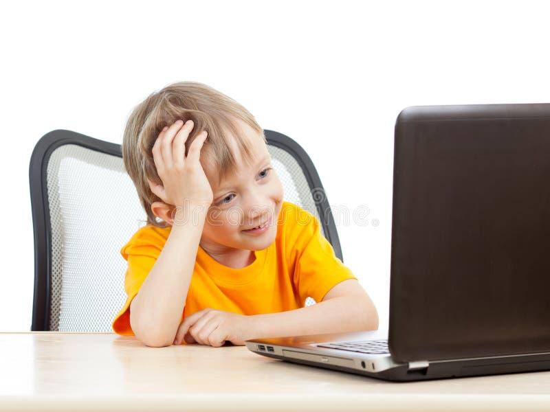 Dzieciak chłopiec używa laptop obraz stock