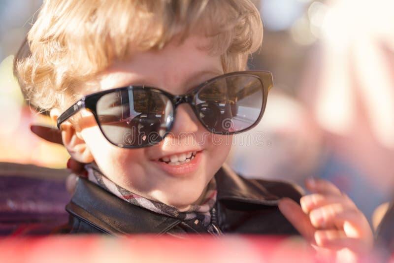 Dzieciak chłopiec z dużymi czarnymi szkłami zdjęcia royalty free
