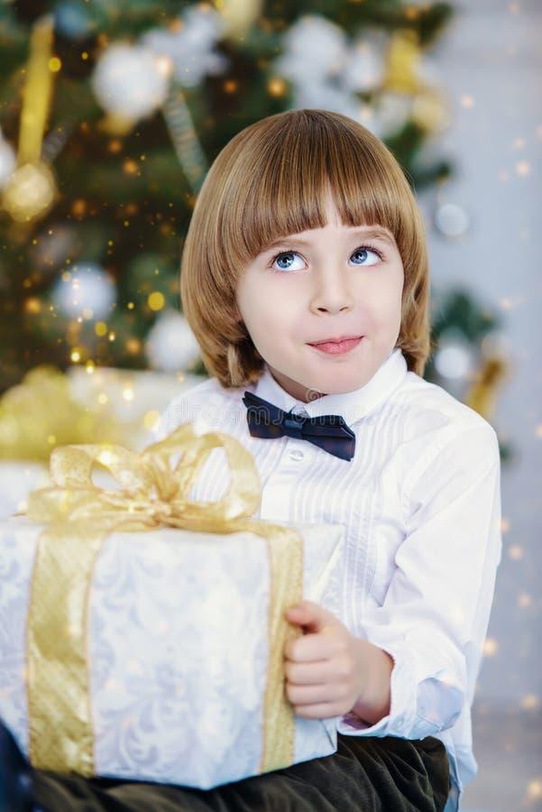 Dzieciak chłopiec z teraźniejszością obraz stock
