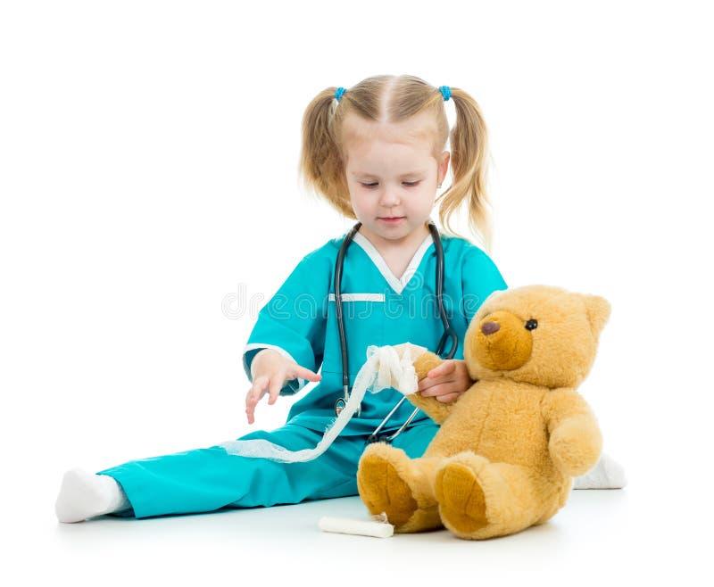 Dzieciak dziewczyna bawić się lekarkę z zabawką fotografia royalty free