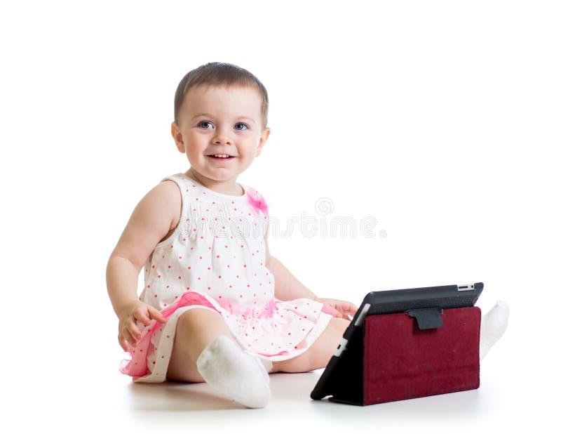 Dzieciak dziewczyna bawić się z cyfrową pastylką obraz stock