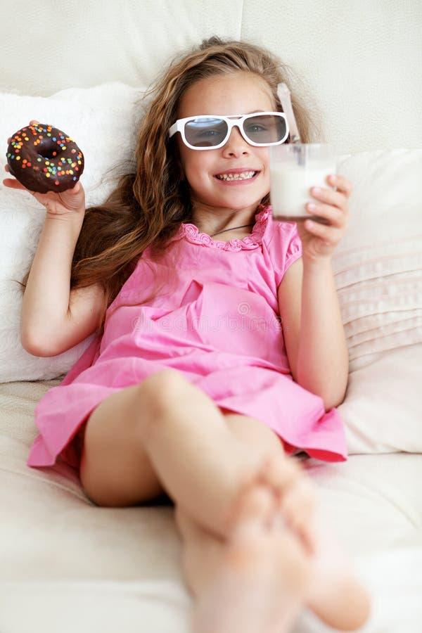 Dzieciak dziewczyny łasowanie na kanapie obraz stock