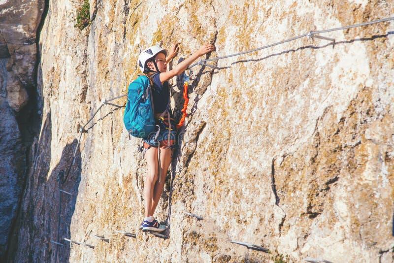 Dzieciak dziewczyny wspinaczkowa góra zdjęcia royalty free