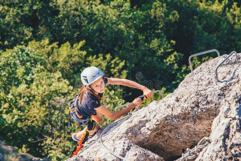 Dzieciak dziewczyny wspinaczkowa góra obraz royalty free
