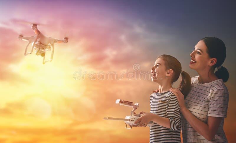 Dzieciak i mama bawić się z trutniem obraz royalty free