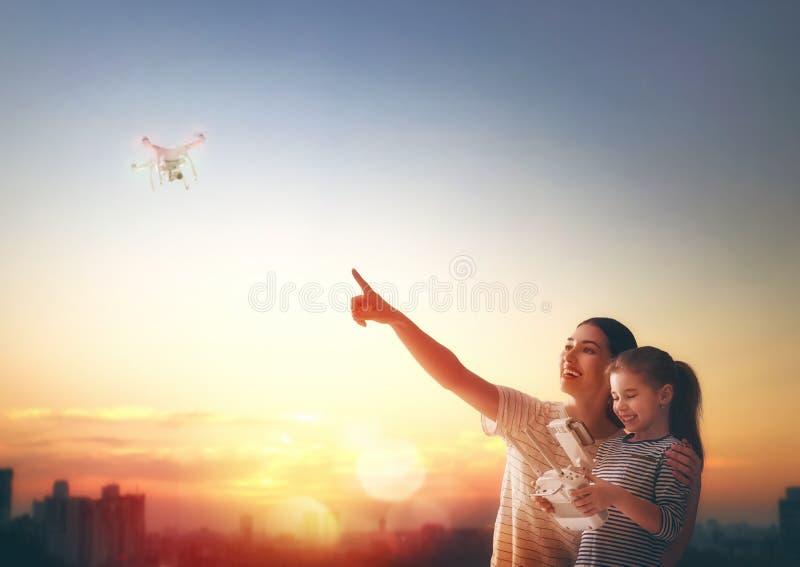 Dzieciak i mama bawić się z trutniem zdjęcie royalty free