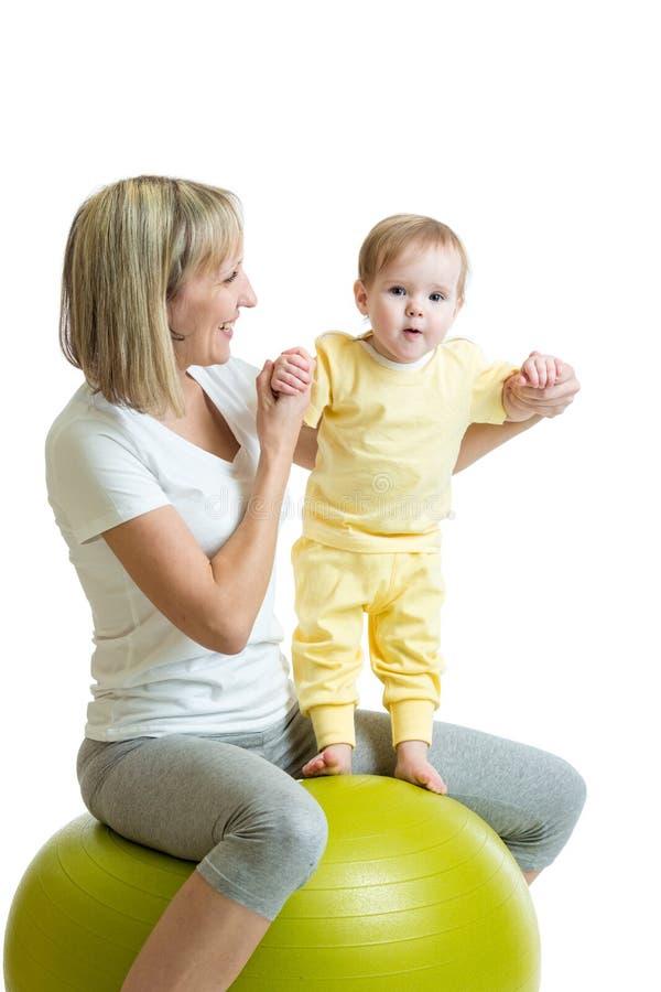 Dzieciak i matka z sprawności fizycznej piłką zdjęcia stock