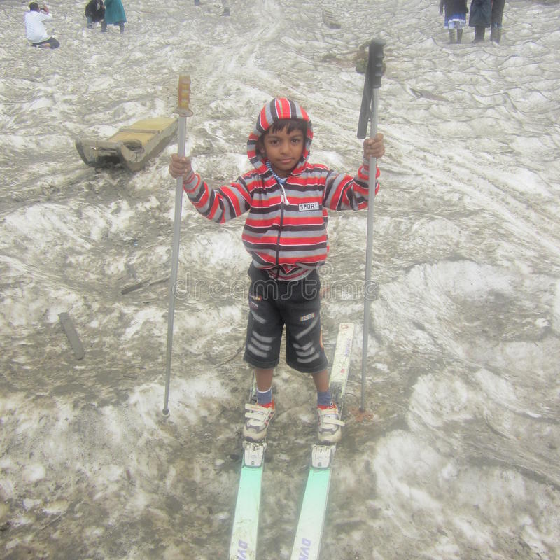 Dzieciak jeździć na łyżwach na lodzie fotografia royalty free