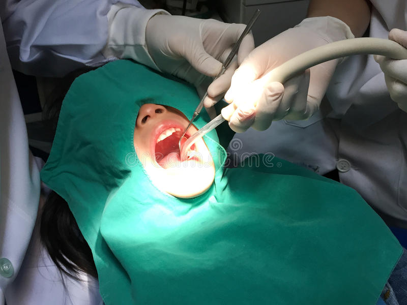 Dzieciak ma usta checkup w stomatologicznej klinice obraz stock