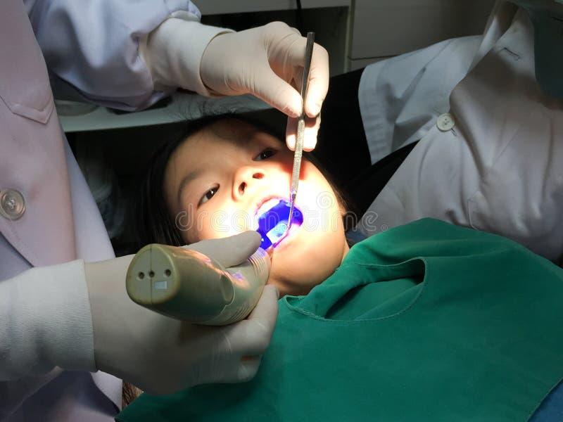 Dzieciak ma usta checkup w stomatologicznej klinice obrazy royalty free
